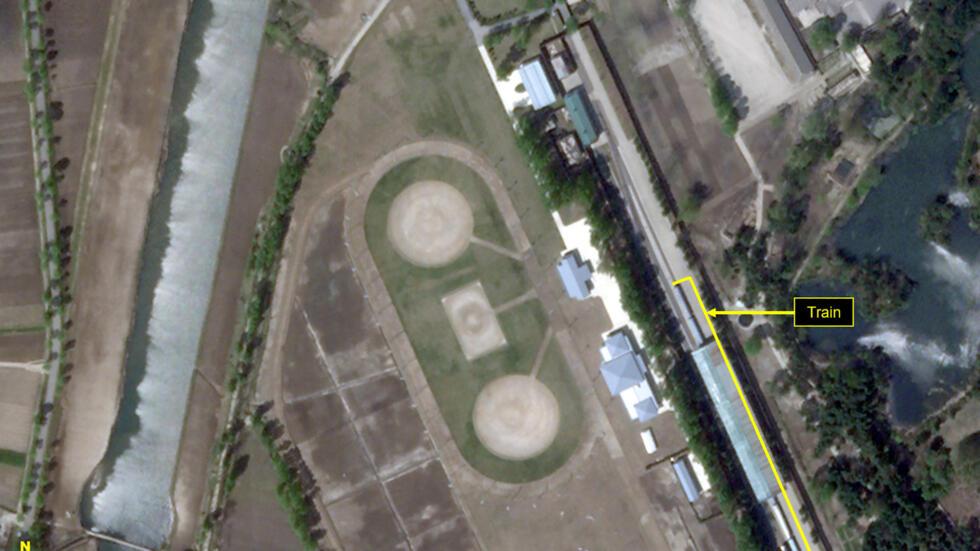 卫星图像拍摄于2020年4月23日,地点朝鲜元山。箭头所示应是金正恩的专列。