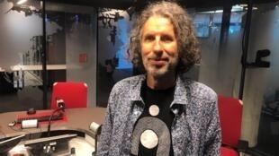 O produtor Mario Caldato Jr. nos estúdios da RFI em Paris