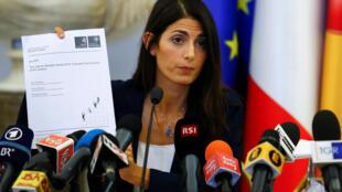A prefeita de Roma, Virginia Raggi, segura documento durante coletiva de imprensa, em Roma (21/09).