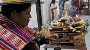 """'Amautas' (médicos indígenas andinos) realizan un ritual llamado """"Ajayu"""" para un paciente del hospital Agromont en la ciudad de El Alto, en Bolivia, 2013. Este centro médico convencional propone la medicina ancestral indígena como alternativa."""