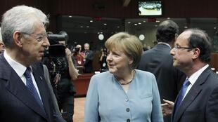 Italy's Mario Monti (L) with Angela Merkel and François Hollande