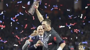 Cầu thủ Tom Brady nâng cao cúp bạc, mừng chiến thắng với đội New England Patriots tại sân vận động NRG, Houston Texas