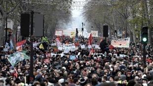 Milhares de pessoas participaram da marcha contra a reforma da Previdência, em Paris, na terça-feira (17).