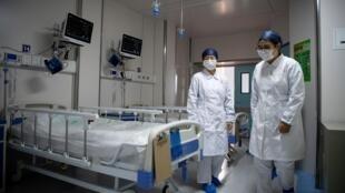 В Китае выздоровевших после коронавируса просят сдавать кровь для лечения новых больных.
