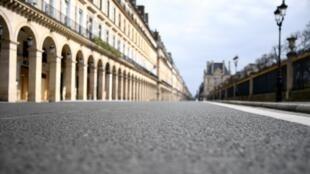 Une photographie prise le 22 mars 2020 montre une rue de Rivoli vide à Paris le sixième jour d'un confinement strict à l'échelle nationale visant à stopper la propagation du Covid-19.
