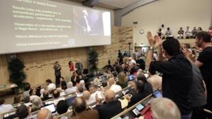 Cientistas anunciam durante seminário para a comunidade científica, em Meyrin, Suíça, novidades na pesquisa da famosa partícula conhecida como 'bóson de Higgs', que poderia ajudar a compreender melhor o Big Bang e a formação do universo.