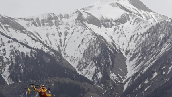 Helicópteros das equipes de socorro sobrevoam a região onde o Airbus A-320 da Germanwings caiu na manhã desta terça-feira (24) nos Alpes franceses.
