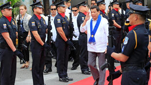 លោក Rodrigo Duterte អបអរសាទរស្នាដៃក្រុមគយហ្វីលីពីនដែលបានបំផ្លាញចោលរថយន្តរត់ពន្ធប្រណីតៗដែលមានតម្លៃប្រមាណជា១លាន២សែនដុល្លារអាមេរិក