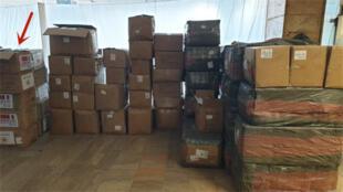 包含貼有中國和意大利國旗醫療物資箱子的涉事倉庫資料圖片