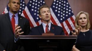 O Senador republicano Rand Paul (centro), precursor do movimento Tea  Party é um candidato presidencial à Casa Branca.