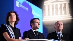 Le président français Emmanuel Macron, aux côtés du Défenseur des droits Jacques Toubon et Audrey Azoulay, directrice-générale de l'UNESCO, au siège de celle-ci, à Paris, le 20 novembre 2019.
