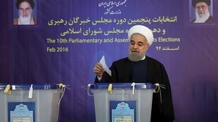 O presidente iraniano, Hassan Rohani, votou na manhã desta sexta-feira (26).