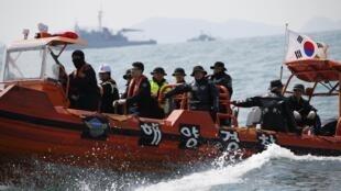 Lực lượng cứu hộ tìm kiếm xác nhân vụ đắm tàu Sewol (ảnh chụp ngày 20/04/2014)