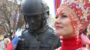 """""""Зеленый человечек"""" на торжественной церемонии в Симферополе, 15 марта 2018."""