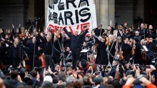 Em greve, artistas da Ópera de Paris fazem apresentação aberta diante do Palácio Garnier