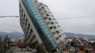 Một tòa nhà ở Hoa Liên, Đài Loan, đổ nghiêng vì động đất, 07/02/2018.