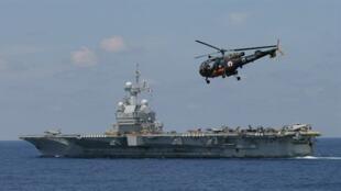 helicóptero francês Alouette se prepara para pousar no porta-aviões Charles de Gaulle, na costa da Líbia.