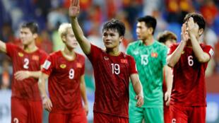 Cầu thủ Việt Nam chào người hâm mộ sau khi dừng bước trước Nhật Bản ở tứ kết Asian Cup trên sân Al-Maktoum, Dubai ngày 24/01/2019.