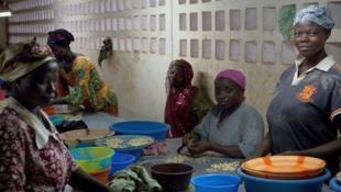 Femmes travaillant dans une usine de noix de cajou au Togo.