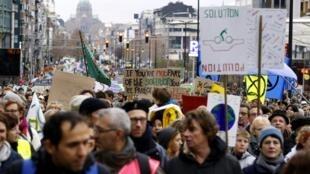 比利时警方的统计数字认为,2019年1月27号周日在布鲁塞尔街头参加欧洲关注气候变化游行的人数大约是7万