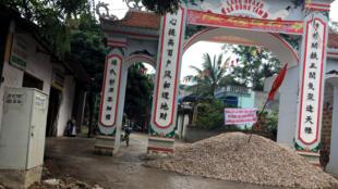 Lối vào thôn Hoành, xã Đồng Tâm, Mỹ Đức bị dân đổ cát phong tỏa.