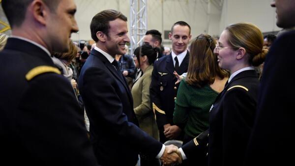 Tổng thống Pháp, Emmanuel Macron trò chuyện cùng các binh sĩ tại căn cứ không quân Bricy 123 ở Orleans, Pháp, ngày 16/01/2020.