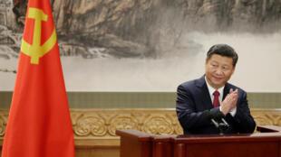 Tổng bí thư Tập Cận Bình tại Đại hội Đảng Cộng Sản Trung Quốc,  thông báo thành phần Ban Thường vụ Bộ Chính trị ngày 25/10/2017.