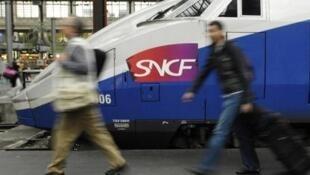 Trains in a Paris station