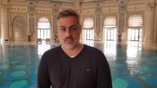 André Fran na piscina do hotel Ritz-Carlton, na Arábia Saudita, convertido em uma espécie de prisão de luxo em 2017.