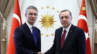 Tổng thống Thổ Nhĩ Kỳ Recep Erdogan (P) và tổng thư ký NATO Jens Stoltenberg.