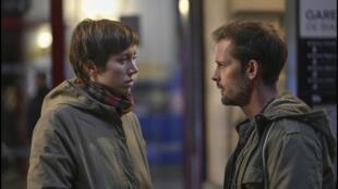 Dans «Les Envoûtés», Coline (Sara Giraudeau), pigiste pour un magazine féminin, doit réaliser le portrait de Simon (Nicolas Duvauchelle).