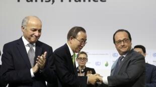 Laurent Fabius, Ban Ki Moon e François Hollande no Bourget no encerramento da COP21(respectivamente ministro francês dos negócios estrangeiros, secretário-geral da ONU e presidente francês)