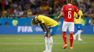 A Suíça conseguiu empatar com o Brasil de Neymar (esquerda).