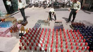 Confiscation d'alcool par la police iranienne à Téhéran, le 22 juillet 2009. (Image d'illustration)