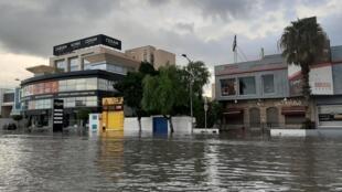 Les inondations ont bloqué certaines routes de l'agglomération de Tunis, lundi 28 octobre.