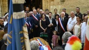 L'hommage au maire de Signes, Jean-Mathieu Michel, le 9 août 2019, tué en tentant d'empêcher le déversement illégal de déchets de construction dans sa commune du Var.