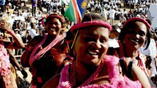 Le président namibien a prêté serment dimanche 21 mars lors d'une cérémonie haute en couleurs dans un stade de la capitale Windhoek.