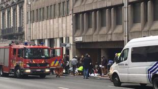 Equipes de resgate na estação Maelbeek, em Bruxelas