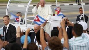 Papa Francisco em sua chegada à Praça da Revolução, em Havana, neste domingo (20).