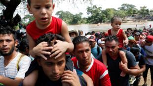 Тысячи мигрантов из Центральной Америки уже пересекли Гватемалу и продолжили путь к границе США