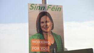 Cartaz exibe a foto da líder do partido Sinn Fein, Mary Lou McDonald, em Dublin.