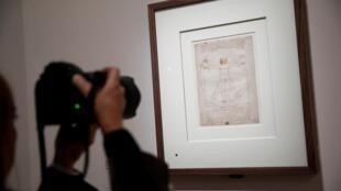 На выставке леонардо да Винчи в Лувре, перед «Витрувианским человеком» из коллекции галереи Академии в Венеции. 2019 г.