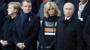 A chanceler alemã Angela Merkel, o presidente francês Emmanuel Macron, Brigitte Macron, primeira-dama francesa,  e o presidente russo, Vladimir Putin