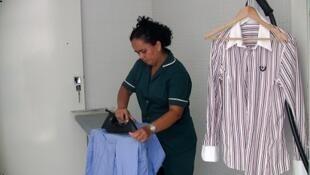 """A empregada doméstica no Brasil contemporâneo é o tema do documentário """"Doméstica"""", exibido no festival neste 12 de outubro de 2013."""