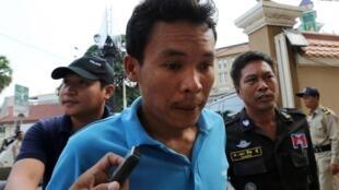 Cảnh sát Cam Bốt giải nghi phạm đe dọa Thủ tướng Hun Sen ra tòa án Phnom Penh, ngày 08/01/2016