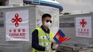 Un avion chinois avec de l'aide médicale à l'aéroport de Phnom Penh, au Cambodge, le 23 mars 2020.