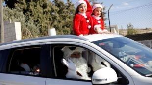 Cristãos palestinos viajam à Belém, na Cisjordânia, para comemorar o Natal.