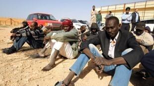 Migrantes num centro de detenção na Líbia