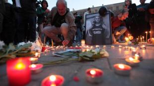 Свечи на площади в Софии в память об убитой журналистке Виктории Мариновой