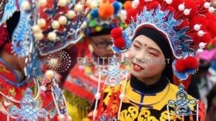 中国儿童迎新年。